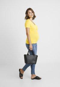 Dorothy Perkins Maternity - SHORT SLEEVE BALET WRAP - T-shirts med print - lemon - 1