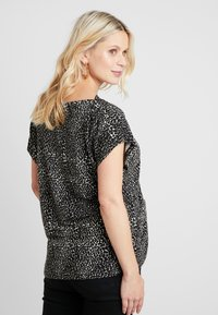 Dorothy Perkins Maternity - BUTTON SHOULDER BOAT NECK TEE - Printtipaita - black - 2