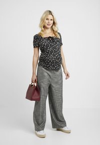 Dorothy Perkins Maternity - SQUARE NECK - T-shirt med print - black - 1