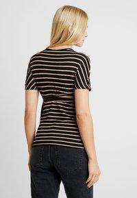Dorothy Perkins Maternity - BALLET WRAP - T-shirt z nadrukiem - camel - 2