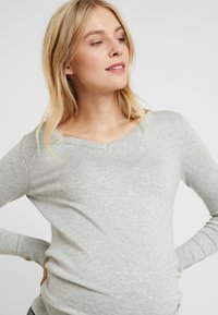 Dorothy Perkins Maternity - V NECK BUTTON CUFF - T-shirt à manches longues - grey - 3