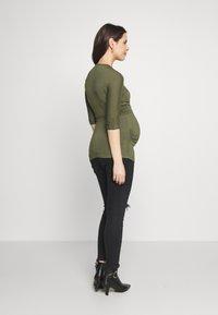 Dorothy Perkins Maternity - PLAIN SHORT SLEEVE NURSING BALLET WRAP - Topper langermet - khaki - 2