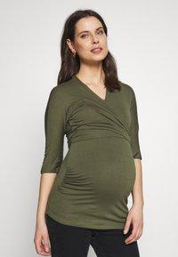Dorothy Perkins Maternity - PLAIN SHORT SLEEVE NURSING BALLET WRAP - Topper langermet - khaki - 0