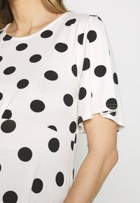 Dorothy Perkins Maternity - SLEEVE OVERSIZED SPOT - T-shirt z nadrukiem - ivory - 5