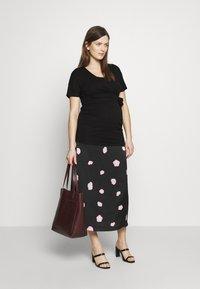 Dorothy Perkins Maternity - PLAIN SHORT SLEEVE NURSING BALLET WRAP - T-shirt basic - black - 1