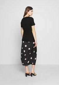 Dorothy Perkins Maternity - PLAIN SHORT SLEEVE NURSING BALLET WRAP - T-shirt basic - black - 2