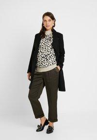 Dorothy Perkins Maternity - STEP HEM CHEETAH JUMPER - Stickad tröja - camel - 1