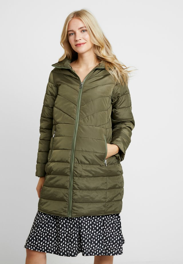 SUSTAINABLE LEAD IN LONG PADDED - Kurzmantel - khaki