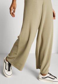 Dr.Denim - BELL TROUSERS - Pantalon classique - green agate - 3