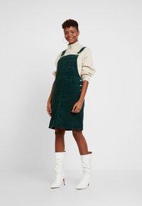 Dr.Denim - VIDA PINAFORE DRESS - Denní šaty - deep green - 0