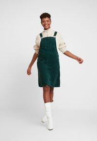 Dr.Denim - VIDA PINAFORE DRESS - Denní šaty - deep green - 1