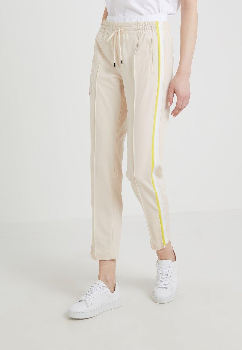DRYKORN - RAVING - Jogginghose - white/yellow
