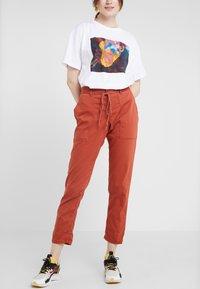 DRYKORN - BAD - Spodnie materiałowe - orange - 0