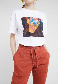 DRYKORN - BAD - Spodnie materiałowe - orange - 3
