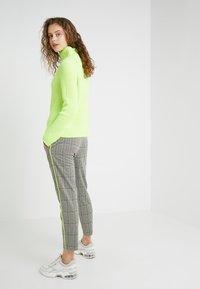 DRYKORN - LEVEL - Kalhoty - check neon - 2