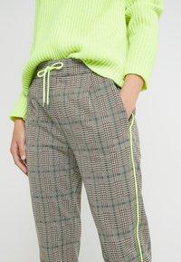 DRYKORN - LEVEL - Kalhoty - check neon - 4