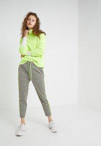 DRYKORN - LEVEL - Kalhoty - check neon - 1