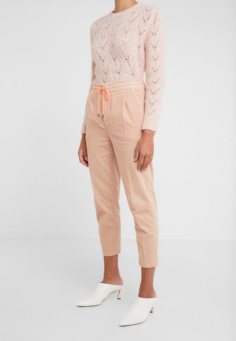 DRYKORN - LEVEL - Trousers - pink /neon orange