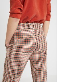 DRYKORN - LOAD - Trousers - orange check - 3