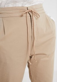 DRYKORN - LEVEL - Trousers - sand - 3