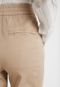 DRYKORN - LEVEL - Trousers - sand - 5