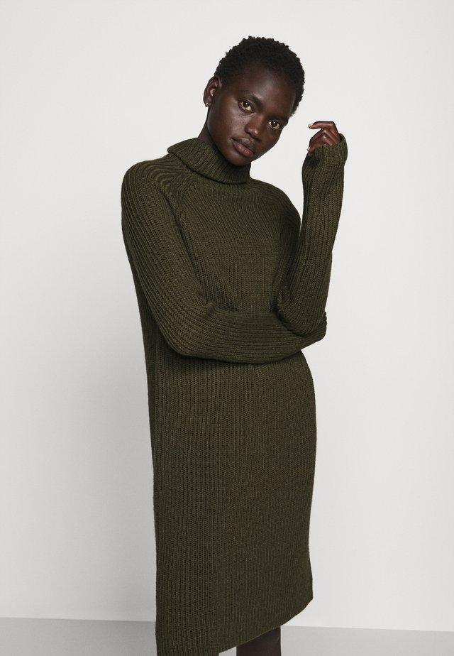 ARWENIA - Strikket kjole - olive