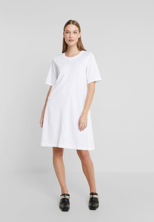 ERLI - Žerzejové šaty - white