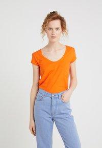 DRYKORN - AVIVI - T-shirt basique - bright orange - 0