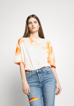 KELIA - T-shirt z nadrukiem - orange white
