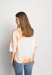 DRYKORN - KELIA - T-shirt imprimé - orange white - 2