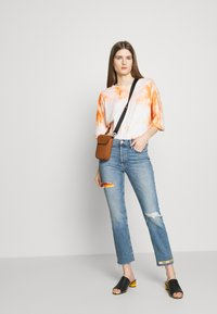 DRYKORN - KELIA - T-shirt imprimé - orange white - 1