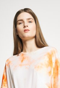 DRYKORN - KELIA - T-shirt imprimé - orange white - 4