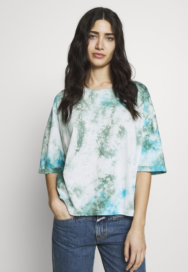 KELIA - T-shirt imprimé - green/white