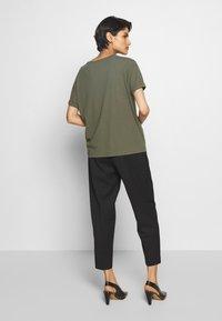 DRYKORN - LARIMA - T-shirt basique - olive - 2