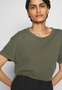 DRYKORN - LARIMA - T-shirt basique - olive - 5