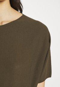 DRYKORN - SOMELI - T-shirt basique - oliv - 6