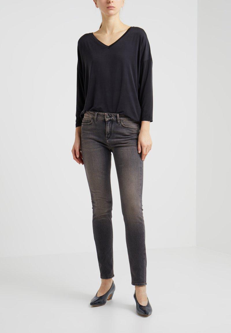 DRYKORN - PULL - Slim fit jeans - grey/red denim