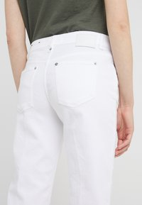DRYKORN - PASS - Straight leg -farkut - white - 5