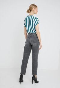 DRYKORN - MOM - Jeansy Relaxed Fit - grey wash - 2