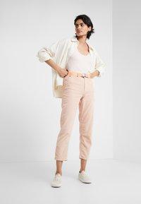 DRYKORN - MOM - Kalhoty - light pink - 1