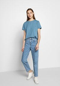 DRYKORN - MOM - Relaxed fit -farkut - blue denim - 1