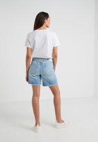 DRYKORN - BUMBLE - Szorty jeansowe - light denim - 2