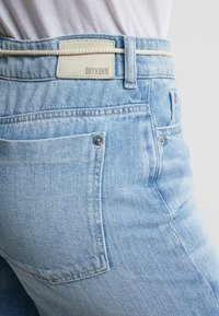 DRYKORN - BUMBLE - Szorty jeansowe - light denim - 4
