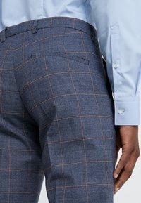 DRYKORN - FOOT - Oblekové kalhoty - royal - 3