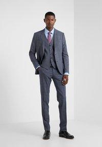 DRYKORN - FOOT - Oblekové kalhoty - royal - 1