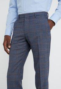 DRYKORN - FOOT - Oblekové kalhoty - royal - 5