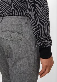 DRYKORN - Spodnie materiałowe - mottled grey - 3