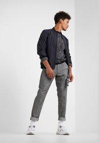DRYKORN - Spodnie materiałowe - mottled grey - 1