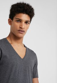 DRYKORN - QUENTIN - Basic T-shirt - grey - 4