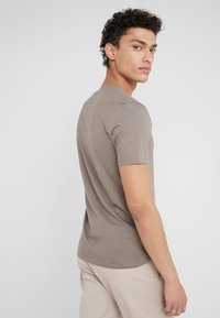 DRYKORN - QUENTIN - T-shirts basic - oliv - 2